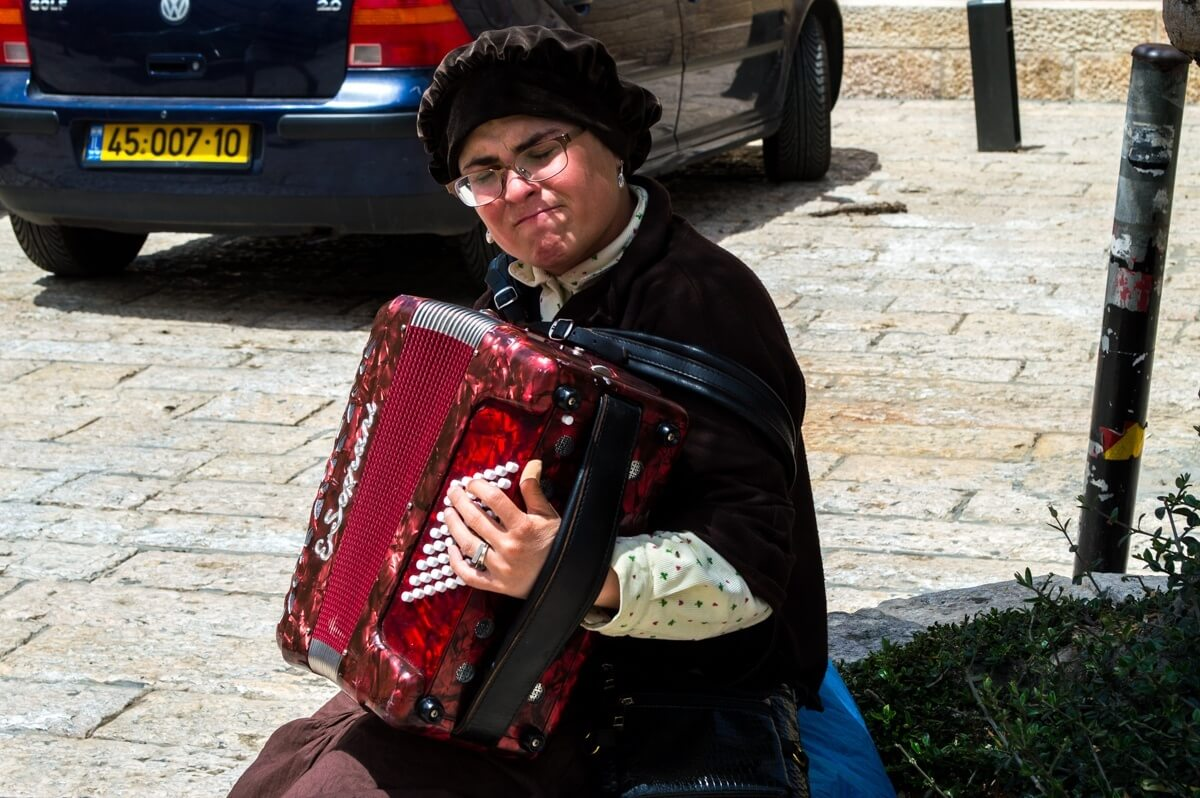 Jewish woman playing the accordeon